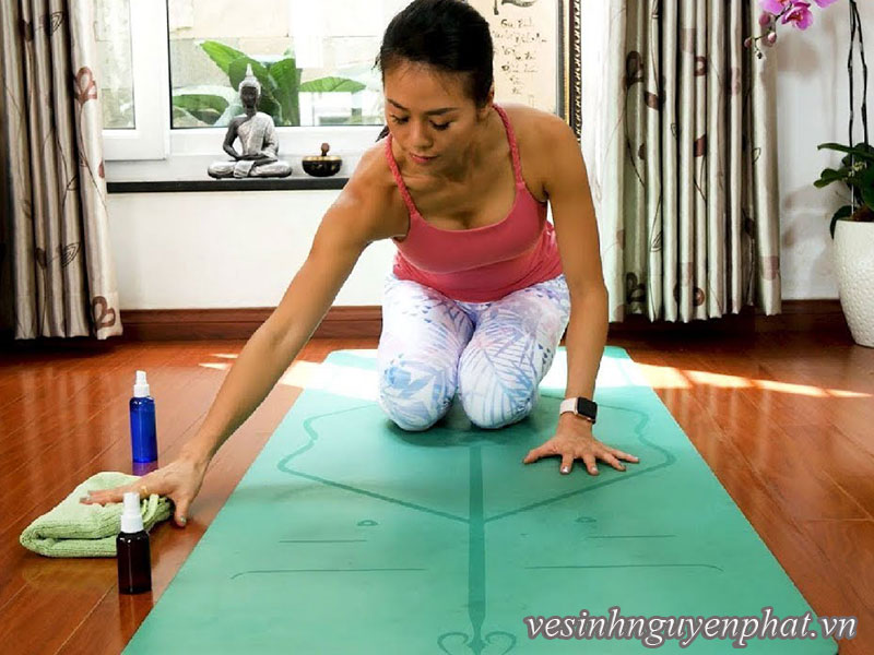 Hướng dẫn cách vệ sinh và giặt sạch thảm yoga tại nhà trong 10 phút